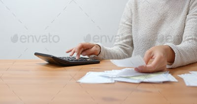 Housewife calculate the spending at home