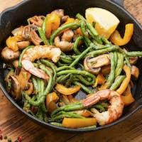 Summer salad with shrimp and vegetables