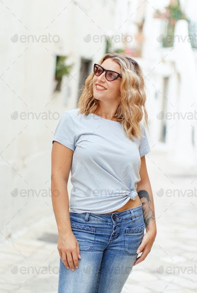 Place it - Young women wearing t-shirt and jeans