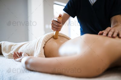 Masseur treating masseuse at wellness saloon