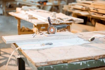 Brashing hand machine at the carpentry