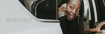 Happy woman on the phone in a car