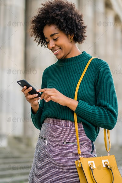 Business woman using her mobile phone outdoors.