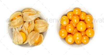 Cape gooseberries, with and without calyx, in white bowls